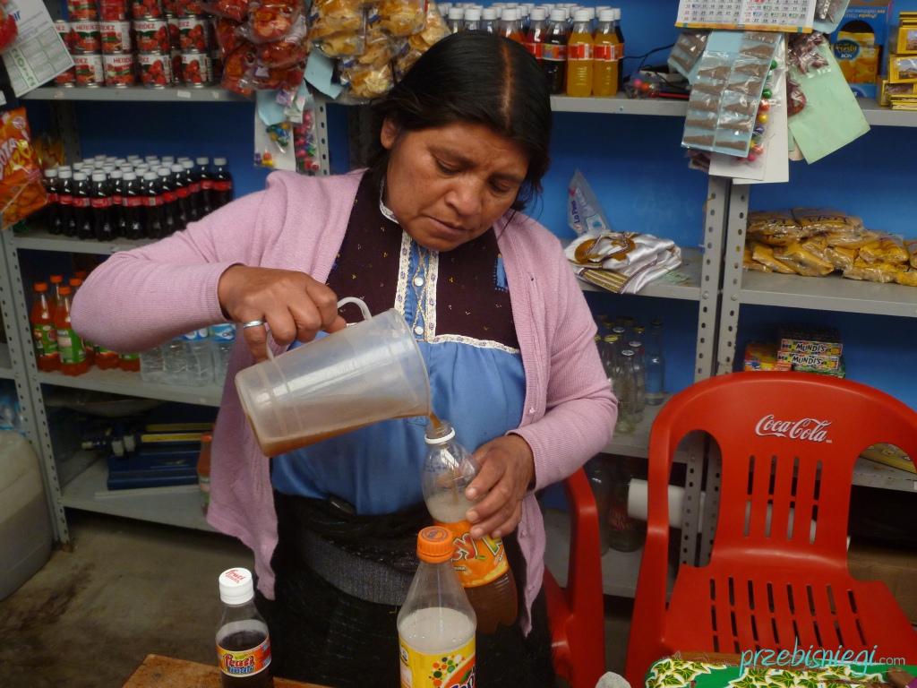 Indianka nalewająca posh, w w San Juan Chamula; Meksyk