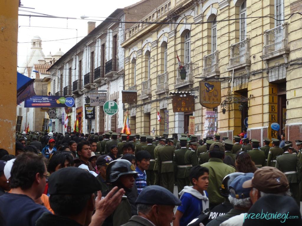 Uroczyste przemarsze ulicami Potosí; Boliwia