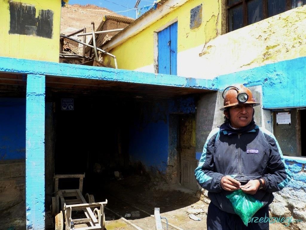 Nasz przewodnik przed wejściem do kopalni srebra w Cerro Rico – Potosí; Boliwia