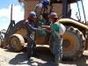 Górnicy i nasz przewodnik wręczający im woreczek liści koki, na górze Cerro Rico – Potosí; Boliwia