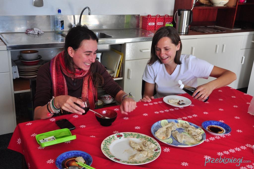 Elsa i Ewelina smakują chińskie pierożki (w Pillows Backpackers Lodge) - Orewa; Nowa Zelandia