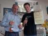 Warwick i Łukasz świętujący zakup Toyoty Estima - Omokoroa; Nowa Zelandia